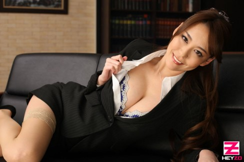 【おっぱい】一般社員の高嶺の花、社長秘書を務める女性のおっぱいがエロすぎる画像!【30枚】