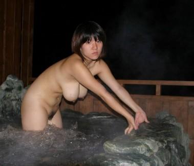 【おっぱい】温泉で見つけたとんでもない爆乳のお姉さん!【30枚】