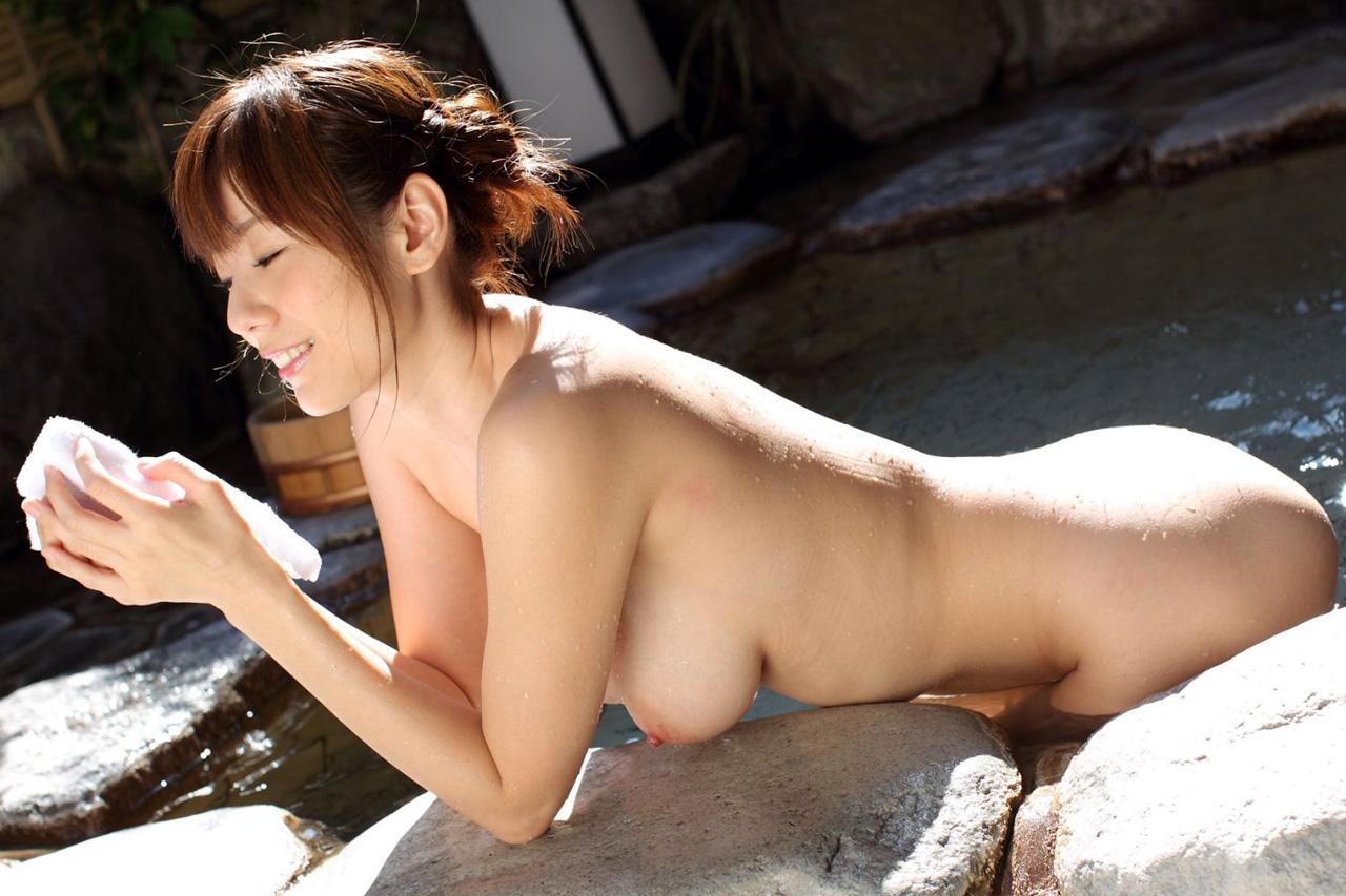【おっぱい】お風呂でおっぱいを強調してるお姉さんがイヤらしすぎるぞ!【30枚】