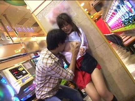 【おっぱい】営業の合間にエッチなことをしちゃったパチンコ店員の女の子のおっぱい画像がエロすぎる!【30枚】