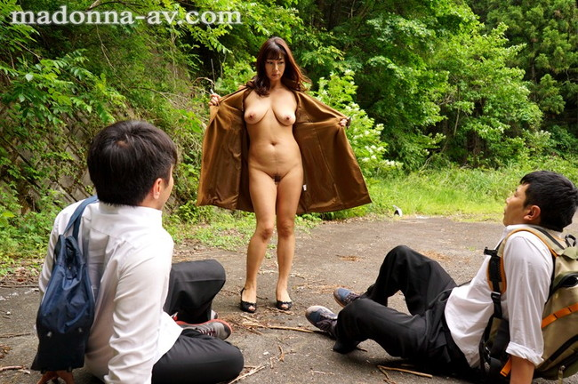 【おっぱい】裸になってスリルとドキドキを味わう露出狂の女性たちのおっぱい画像がエロすぎる!【30枚】