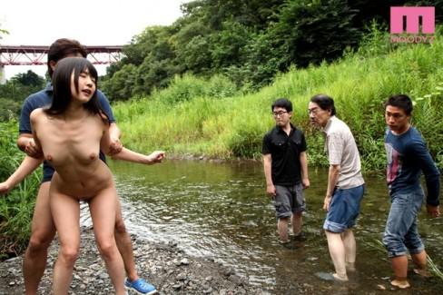 【おっぱい】大自然で開放的な所で青姦プレイを楽しむ女の子のおっぱい画像がエロすぎる!【30枚】