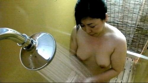 【おっぱい】海水浴場のシャワールームで盗撮された女の子のおっぱい画像がエロすぎる!【30枚】