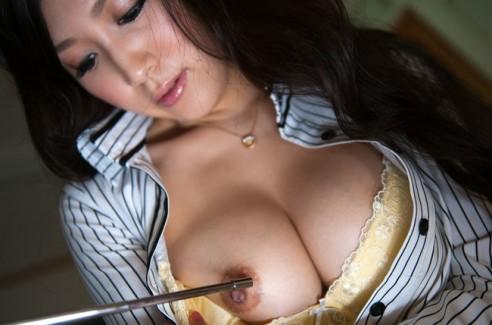 【おっぱい】スケベな女教師がねっとり誘惑してくるエロ画像!【30枚】