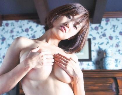【おっぱい】おっぱいを手で隠しちゃってるお姉さんのエロ画像【30枚】