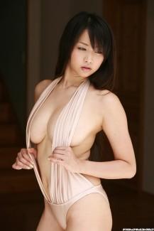 【おっぱい】服の隙間から、水着の淵からハミ出ちゃっている女の子の横乳画像がエロすぎる!【30枚】