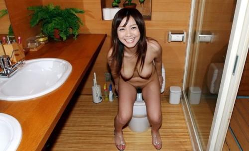 【おっぱい】トイレの中でいろいろとエッチなことをしちゃっている女の子のおっぱい画像がエロすぎる!【30枚】