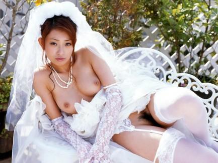 【おっぱい】裸でおっぱいを出しながらウェディングドレスを着ちゃった女の子のおっぱい画像がエロすぎる!【30枚】