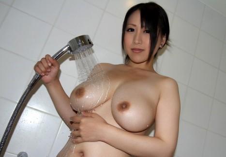 【おっぱい】シャワーを浴びている所がなんともイヤらしいお姉さんのエロ画像!【30枚】