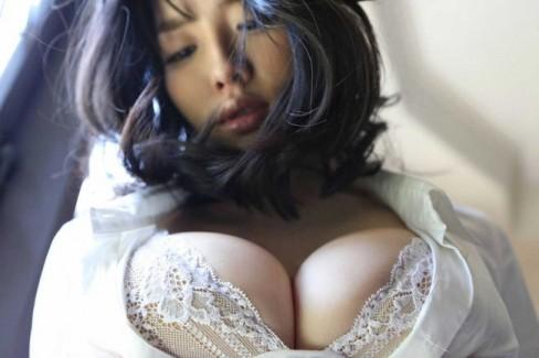 【おっぱい】下着姿で谷間を強調する巨乳なお姉さんのエロ画像!【30枚】