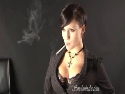 【おっぱい】タバコをくわえながらエッチな格好をしている女の子のおっぱい画像がエロすぎる!【30枚】
