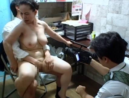 【おっぱい】万引きをしたら体で何もかも払わされた女性のおっぱい画像がエロすぎる!【30枚】