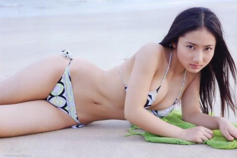 【おっぱい】幼い頃からFカップの巨乳で今でも大人気なグラビアアイドルの紗綾ちゃんの大きなおっぱい画像がエロすぎる!【30枚】