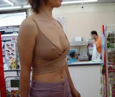 【おっぱい】服の上からでもばっちり見えちゃってる乳首がエロすぎる【30枚】