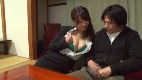 【おっぱい】人前でも関係ない!旅館内でも野外でも男性客を痴女りまくる初美沙希ちゃんのおっぱい画像がエロすぎる!【30枚】