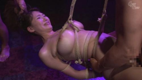 【おっぱい】麻縄で拘束されて宙に釣られて完全に調教されてしまうドMな女性のおっぱい画像がエロすぎる!【30枚】