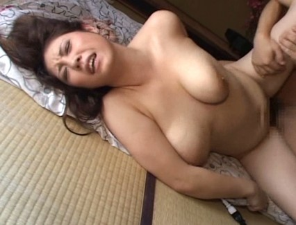 【おっぱい】いろいろな男性を弄びながらセックスを求めてイッてしまう若妻さんたちのおっぱい画像がエロすぎる!【30枚】