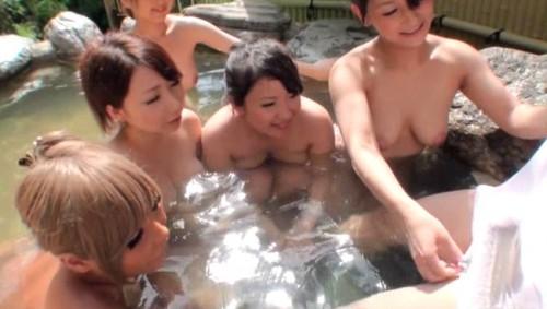【おっぱい】秘境の混浴温泉宿に男性客は自分一人?!ハーレム状態でお出迎えしてくれちゃう巨乳な女性たちのおっぱい画像がエロすぎる!【30枚】