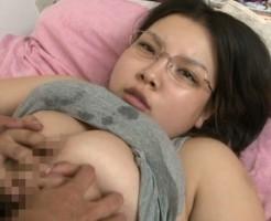 地味系の巨乳メガネっ娘のセックス画像集