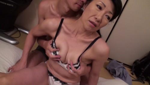 【おっぱい】都会で一人暮らしの息子が心配で上京してアパートに泊まるも息子と近親相姦してしまう五十路母のおっぱい画像がエロすぎる!【30枚】