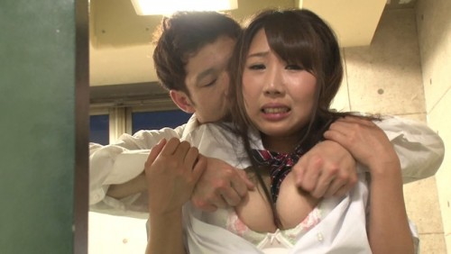 【おっぱい】彼をいじめる同級生たちのチ〇ポを膣内にナマで打ち込まれるうちにイッてしまう彼女のおっぱい画像がエロすぎる!【30枚】