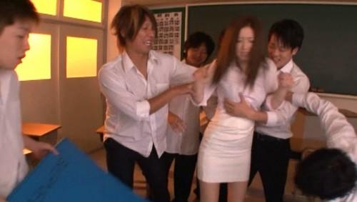 【おっぱい】男子生徒たちの襲われてしまって毎日のように凌辱されてしまう美人数学教師のおっぱい画像がエロすぎる!【30枚】