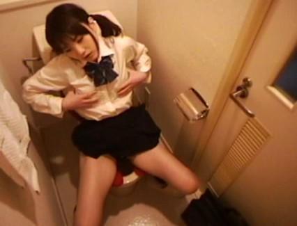 【おっぱい】そのトイレは撮られていた…放課後トイレ事情で淫摩な性欲を発散させてしまう知る由もない女子校生たちのおっぱい画像がエロすぎる!【30枚】