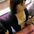 【おっぱい】素人さんの胸チラスポットとして有名な空いている電車www【20枚】