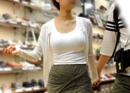 【おっぱい】服ではごまかせないレベルの巨乳な素人娘たちを街撮り!【36枚】