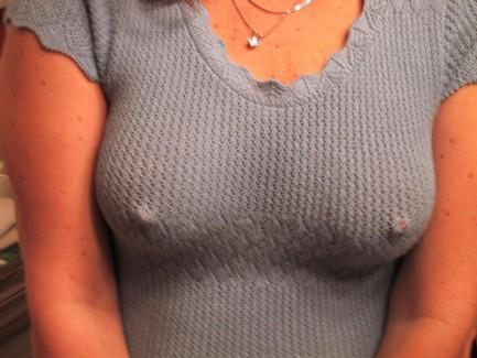 【おっぱい】ノーブラ女性の乳首スイッチアピールが刺激的すぎるwww【25枚】