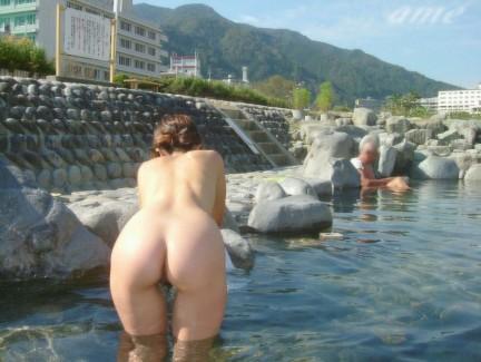 【おっぱい】温泉旅行の記念に露店風呂で全裸撮影する現代の日本人www【40枚】