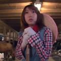 【エロ動画】牧場で働く素人さんが牛に囲まれた中でカウガールコス3Pwww【素人】