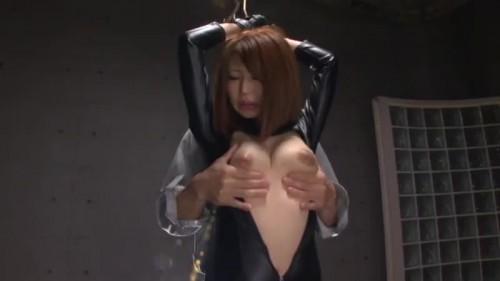 【エロ動画】潜入捜査に失敗した春野あすかが吊り拘束でボディスーツを乱される!【春野あすか】