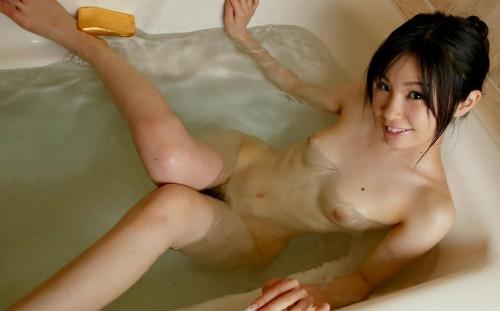 【おっぱい】彼女と同棲したり旅行したらこんな湿ったおっぱいを見まくれるのかな?w【30枚】