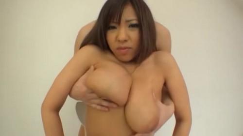 【エロ動画】しっかりと勃起している爆乳ちゃんの乳首を重点的に責める揉み動画!【爆乳】