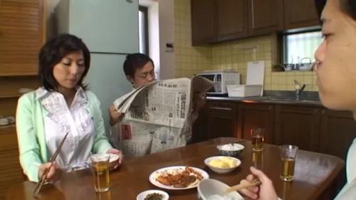 【エロ動画】家で普通に家事をしているお母さんのパンチラと胸チラを楽しむ変態息子www【横山みれい】