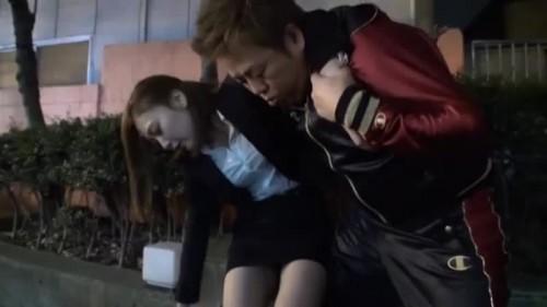 【エロ動画】泥酔してぶっ倒れている素人OLが心配だから自宅に運んで看病してあげるwww【素人】