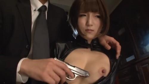 【エロ動画】特命を受けて潜入した捜査官の佐倉絆が拳銃で脅されてイラマチオ!【佐倉絆】