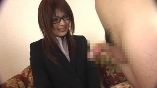 【エロ動画】スーツ姿のメガネお姉さんが恐る恐る手コキ抜き!【素人】