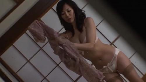 【エロ動画】美魔女すぎる母親が着替えているのを見つけて覗いてしまうwww【宇喜多かすみ】