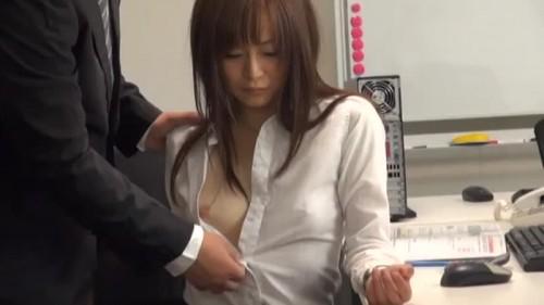 【エロ動画】貧乳で有名な同僚のOLが胸チラしているのを指摘したらこうなる!w【OL】