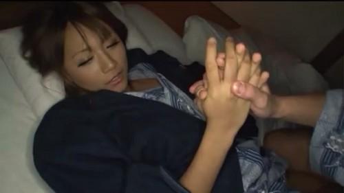 【エロ動画】浴衣で熟睡している褐色ギャルに夜這いを仕掛けて拘束!w【ギャル】