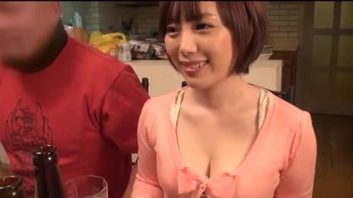 【エロ動画】友達の家に招待されて前から狙っていた嫁に手を出してしまう!【人妻】