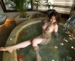 お風呂やシャワーで美乳を晒すお姉さんのエロ画像集