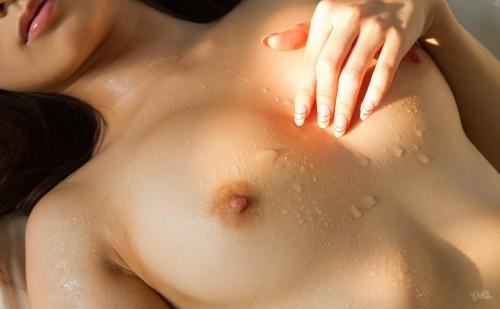 【おっぱい】汗だくでおっぱい晒してツヤッツヤでテッカテカの乳首ピンコ勃ち状態で弄られてる濡れ濡れおっぱい画像集w【80枚】