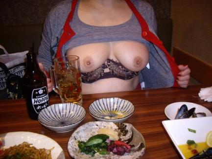 【おっぱい】泥酔し調子に乗って店内で乳首露出して寝取られちゃったww居酒屋おっぱい画像集【80枚】