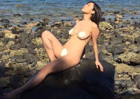 【おっぱい】ビーチの巨乳ギャルは皆この水着になったらイイなと思う貝殻ビキニおっぱい画像集【80枚】