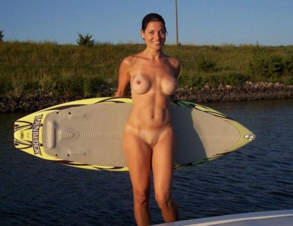 【おっぱい】露出狂状態で波乗りを愉しんじゃってる女子サーファーのおっぱい画像集【80枚】