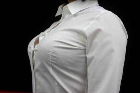 【おっぱい】シャツやブラウスのボタンの隙間から見えるほんの少しの胸チラやブラチラがエロ過ぎるんですww【80枚】