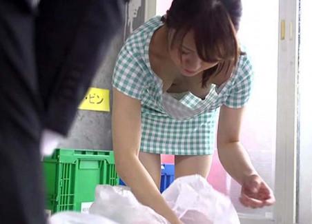 【おっぱい】近所の巨乳な若妻が朝のゴミ捨てでノーブラ胸チラさせてる実はNTR願望強そうなゴミ捨ておっぱい画像集【80枚】